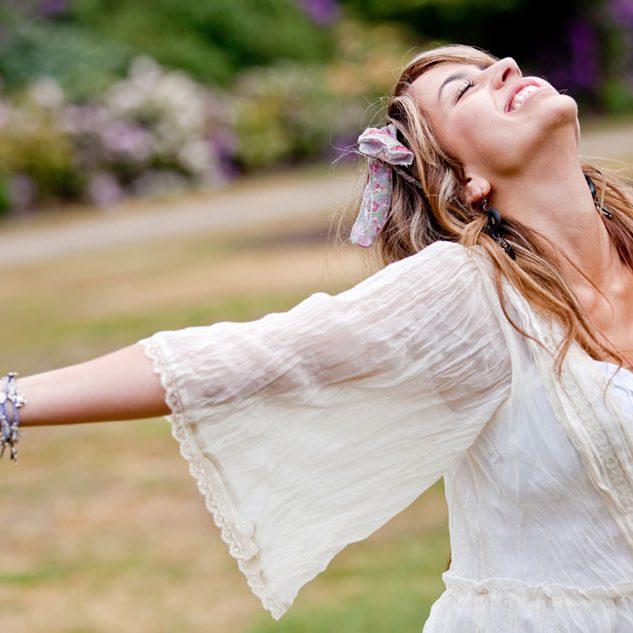 Femme-bras-ouvert-bonheur-liberter